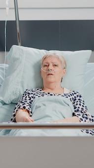 Pov van dokter en oude vrouw die videogesprek op internet gebruikt