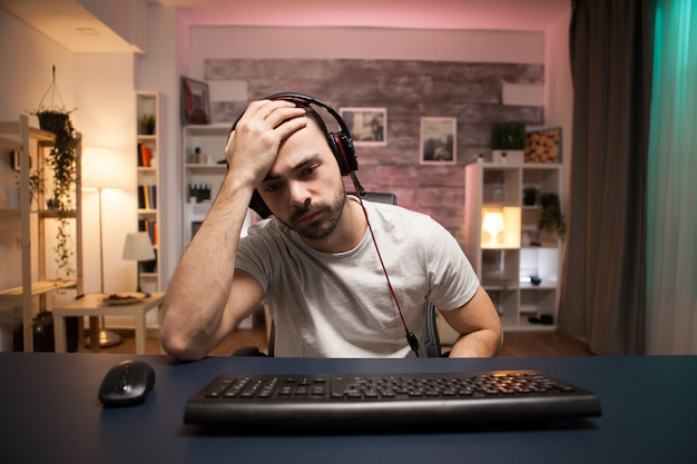 Pov van een jonge man kan niet geloven dat het game over voor hem is tijdens het spelen van online schietspellen.