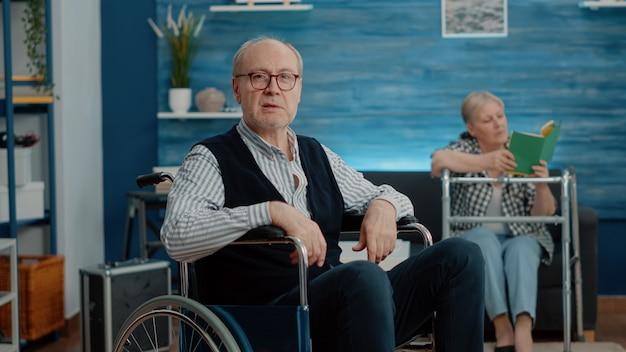 Pov van gehandicapte oude man die videogesprekcommunicatie gebruikt