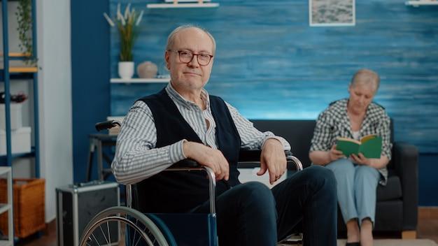 Pov van gepensioneerde man met handicap die via videogesprek met familie praat