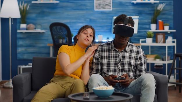 Pov van interraciaal koppel dat technologie gebruikt voor entertainment