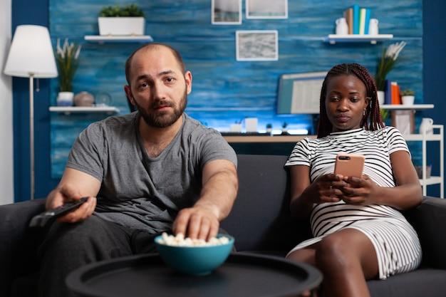 Pov van interraciaal koppel dat thuis baby verwacht