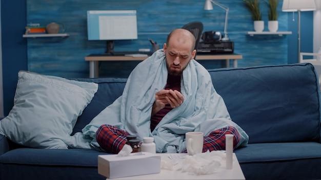 Pov van zieke man die video-oproepcommunicatie gebruikt om griep te genezen