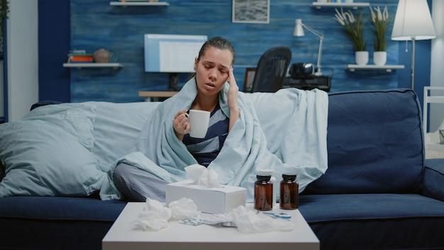 Pov van zieke patiënt die om behandeling vraagt via videogesprek