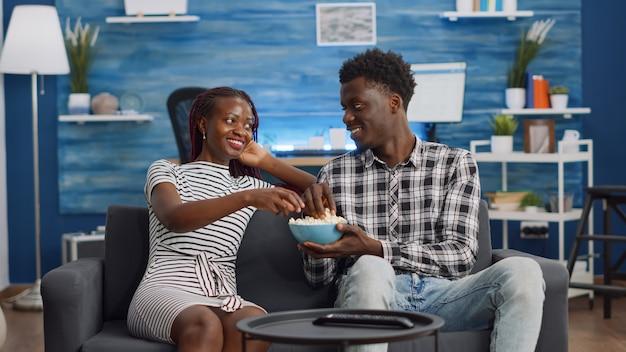 Pov van zwarte mensen die plezier hebben tijdens het tv-kijken
