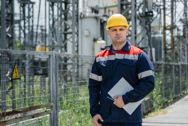 Power engineer in overall op het werk