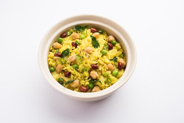 Power kabuli chana poha of protein rich choley pohe, populair maharashtrian, indiaas ontbijtrecept, selectieve focus