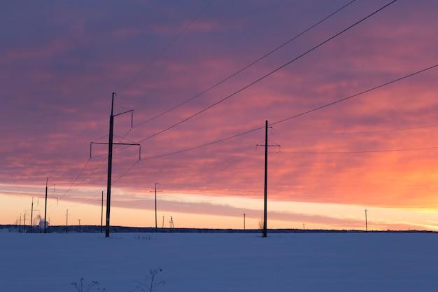 Power line in ijzige winter zonsondergang