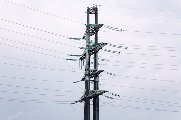 Power line tegen de achtergrond van een sombere hemel. moderne leven en communicatie.