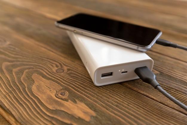 Powerbank en mobiel op houten tafel