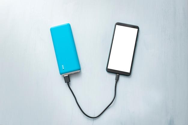 Powerbank en mobiele telefoon, smartphone.