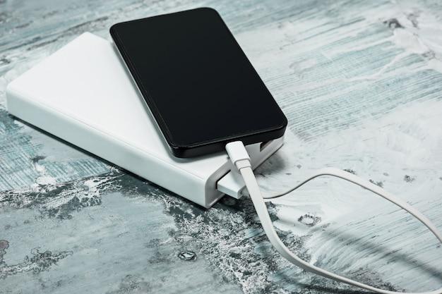Powerbank en mobiele telefoon