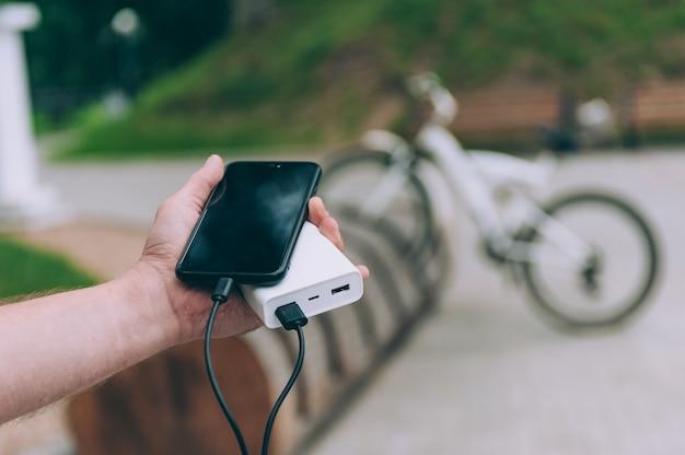 Powerbank laadt de telefoon op