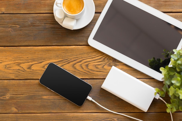Powerbank laadt een smartphone op