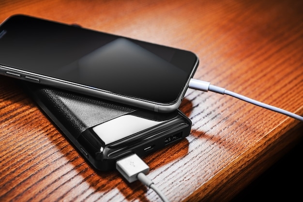 Powerbank laadt smartphone op hout wordt geïsoleerd dat