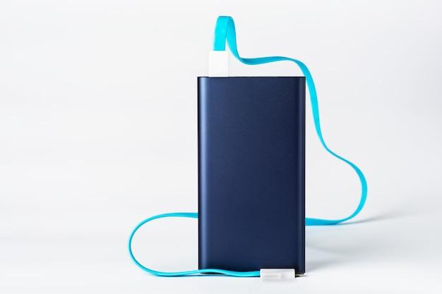 Powerbank voor het opladen van mobiele apparaten op een witte muur