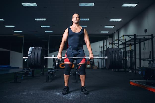 Powerlifter houdt het gewicht van een zware halter