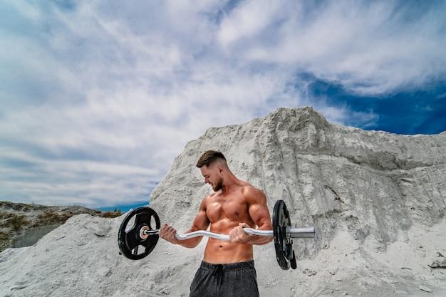 Powerlifter met sterke armen tillen gewichten. bodybuilding en buitensporten
