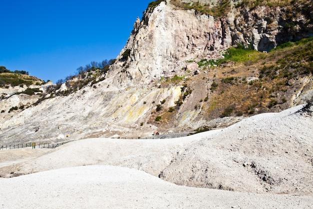 Pozzuoli, italië. solfatara-gebied, vulkanische krater die nog steeds actief is.