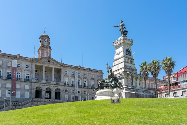 Praã§a do infante met het palacio da bolsa en het standbeeld van infante d henrique.