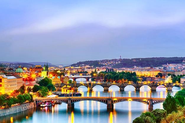 Praag bruggen bij schemering zonsondergang.