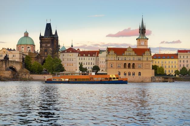 Praag, historische gebouwen naast de karelsbrug over de rivier