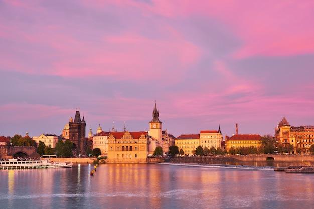 Praag, rivieroever op zonsondergang met reflectie