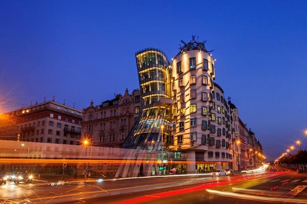 Praag, tsjechische republiek - september 13,2019: dansend huis in praag, tsjechië