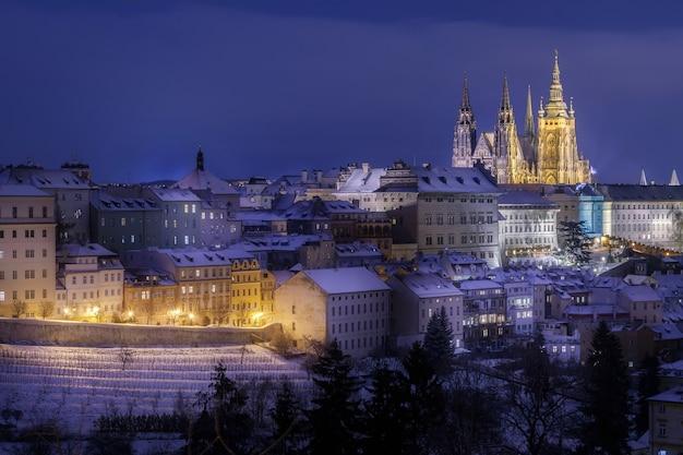 Praagse burcht in de wijk hradcany 's nachts in de winter bedekt met sno