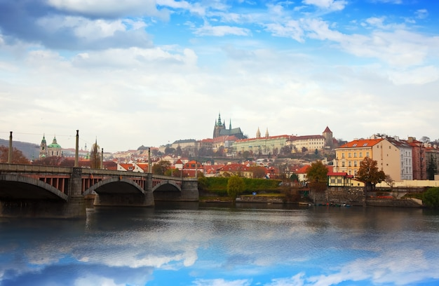 Praagse kasteel van de kant van vltava