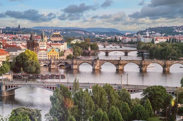 Praagse stadshorizon en karelsbrug, praag, tsjechië