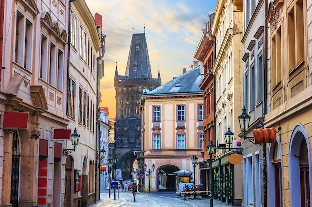 Praagse straat celetna, onderdeel van de koninklijke route dichtbij de kruittoren, tsjechië.