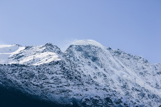 Prachtig adembenemend landschap van hoge bergen en heuvels op het platteland