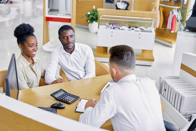 Prachtig afrikaans getrouwd stel krijgt overleg in dealerbedrijf door professionele topmanager