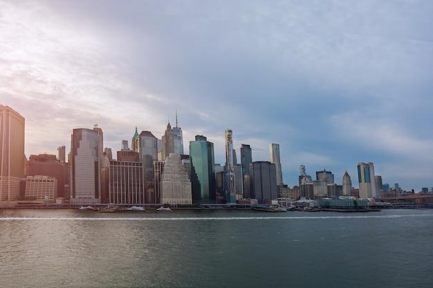 Prachtig amerika van luchtfoto op new york city manhattan skyline panorama met wolkenkrabbers over hudson river