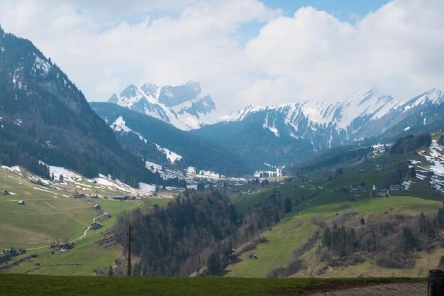 Prachtig bereik van hoge rotsachtige bergen bedekt met sneeuw overdag