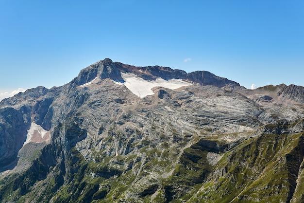 Prachtig berglandschap dat het concept van hoogtezonering illustreert (piek van de berg fisht in de kaukasus)