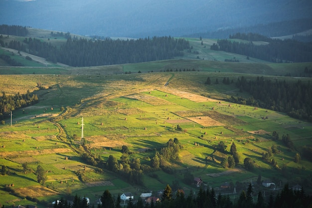 Prachtig berglandschap en helling verlicht door de zon Premium Foto