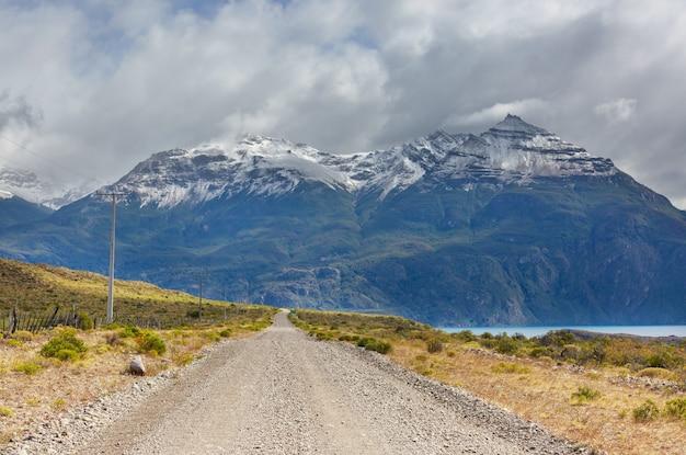 Prachtig berglandschap langs de onverharde weg carretera austral in het zuiden van patagonië, chili