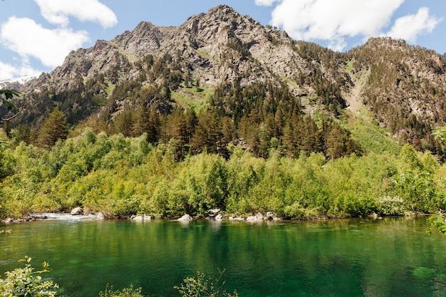 Prachtig bergmeer, baduk meren