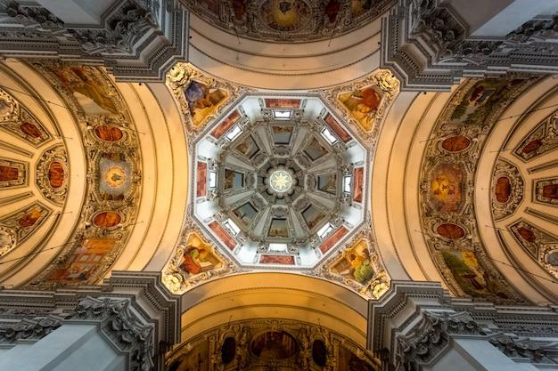 Prachtig beschilderd plafond van koepel bij de kathedraal van salzburg salzburg