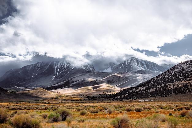 Prachtig bewolkt sierra nevada