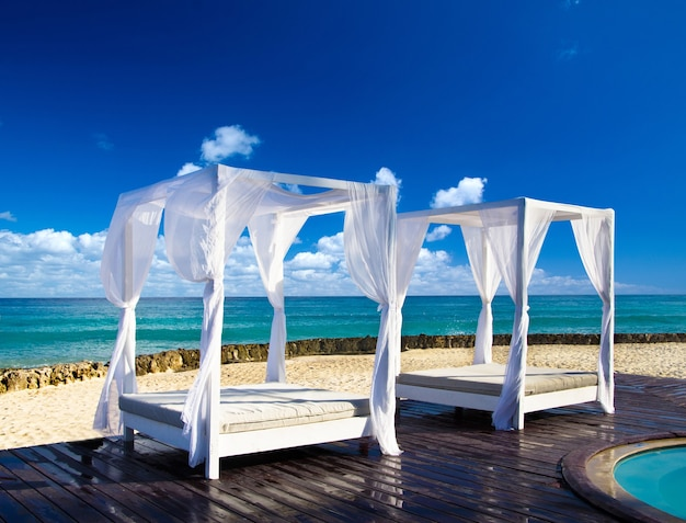 Prachtig blauw caribisch zeestrand