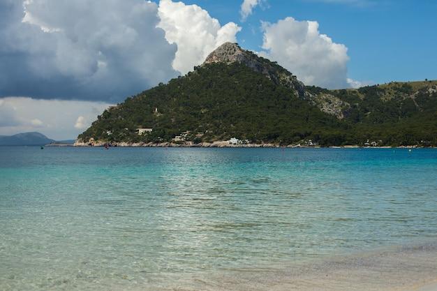 Prachtig blauw helder zeewater in mallorca spanje zee strand landschap