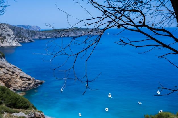 Prachtig blauw helder zeewater in mallorca spanje zomer landschap met zee strand