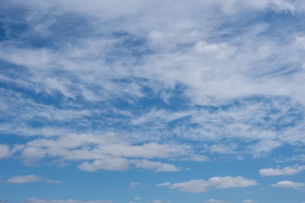 Prachtig blauw panorama met pluizige cumuluswolken in de blauwe lucht. perfecte achtergrond van blauwe lucht en witte wolken voor uw foto's, mockup voor ontwerp, gebruik voor vervanging van de lucht