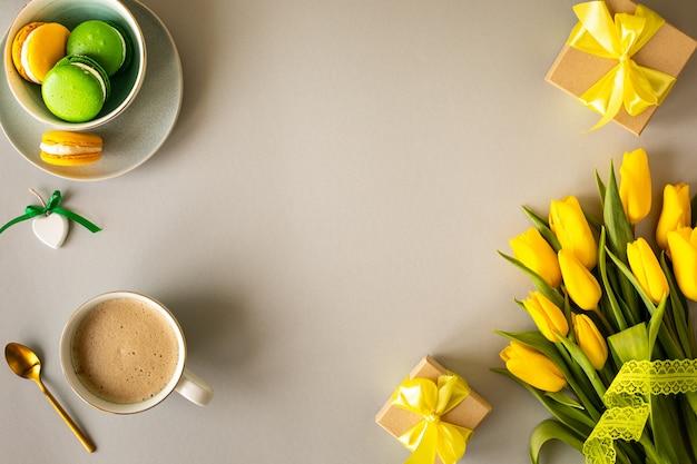 Prachtig bloemstuk. gele bloementulpen, leeg kader voor tekst op een witte achtergrond. bruiloft. verjaardag valentijnsdag. moederdag. plat lag, bovenaanzicht, kopie ruimte