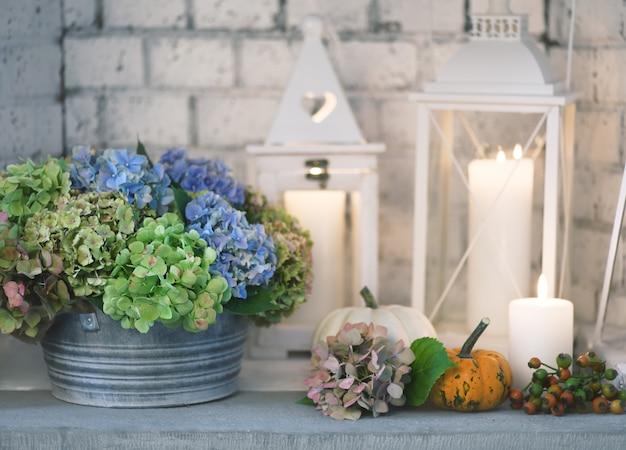 Prachtig bloemstuk met lantaarns en kaarsen