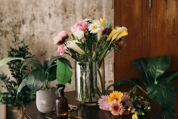 Prachtig boeket bloemen in een