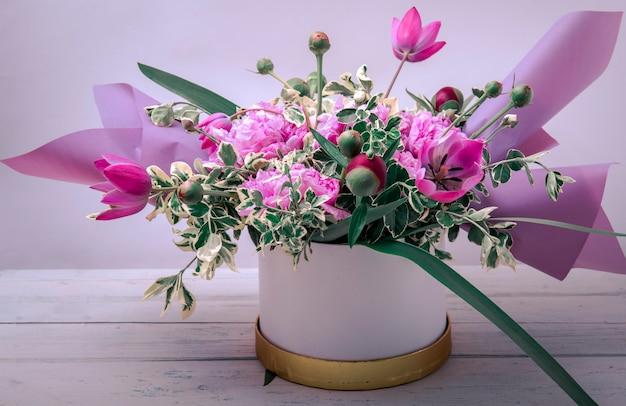 Prachtig boeket gemaakt van verschillende bloemen. kleurrijke kleurenmix bloem.